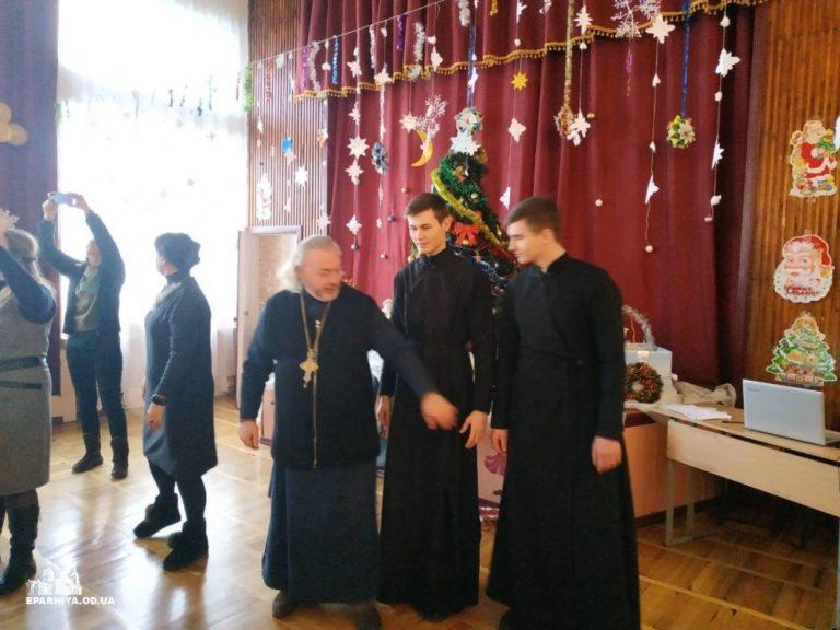 По благословению Митрполита Агафангела духовенство Одесской епархии поздравило детей c проблемaми слуха с праздником святого Николая Чудотворца